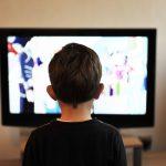 テレビをダラダラ観る子